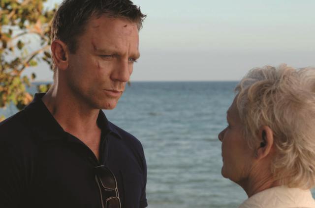 画像: MI6の上司Mも新人ボンドにヒヤヒヤさせられていた 「007 カジノ・ロワイヤル」(2006)より