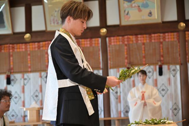 画像2: 本殿にて三木康一郎監督とともにヒットを祈願のご祈祷