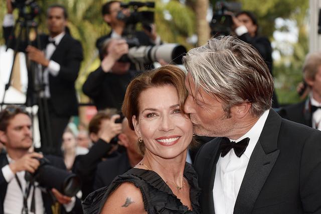 画像: 映画祭やレッドカーペットには奥様同伴なことが多いマッツ。取材陣を前にしてもラブラブ!