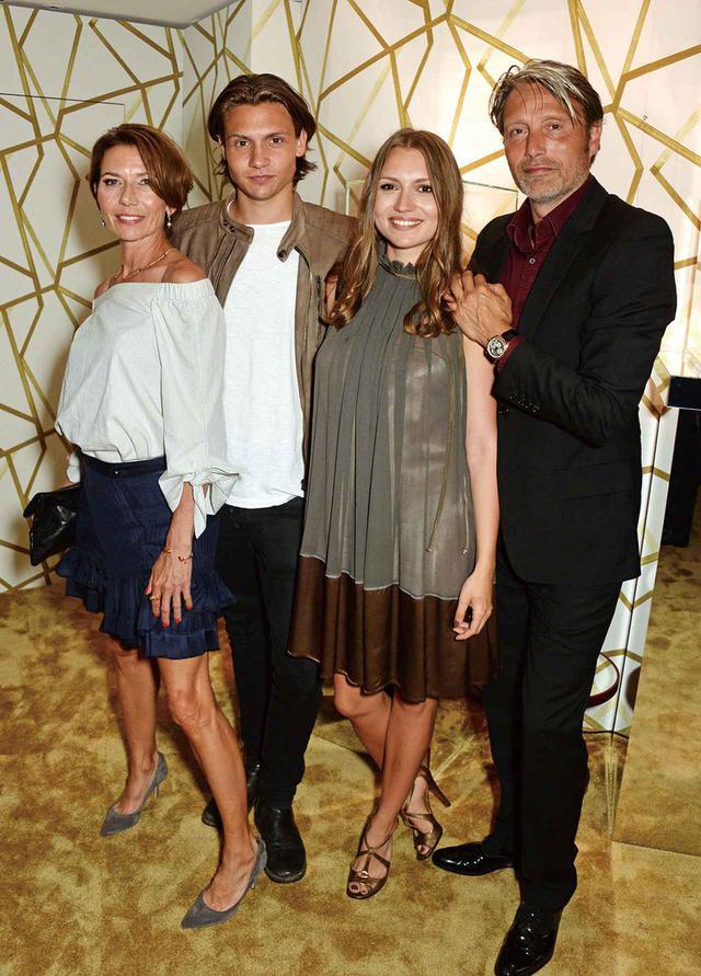 画像: 2016年カンヌ映画祭のパーティーに家族と登場。この年、マッツはコンペティション部門の審査員に