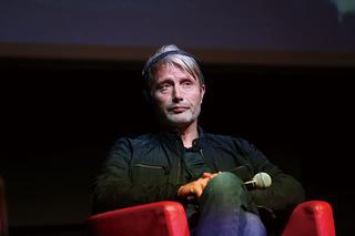 「ローマ国際映画祭」プレスカンファレンスでの一幕。マッツの頭に付いているのはヘッドフォン……!?