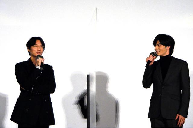 画像: 冒頭の挨拶・久々に会った綾野剛と岡田健史