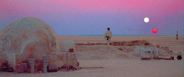画像: タトゥイーンで双子の夕日を見るルーク/「スター・ウォーズ エピソード4/新たなる希望」