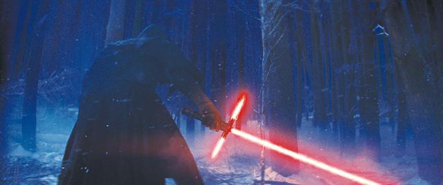 画像: カイロ・レンが父ハン・ソロを刺す/「スター・ウォーズ/フォースの覚醒」