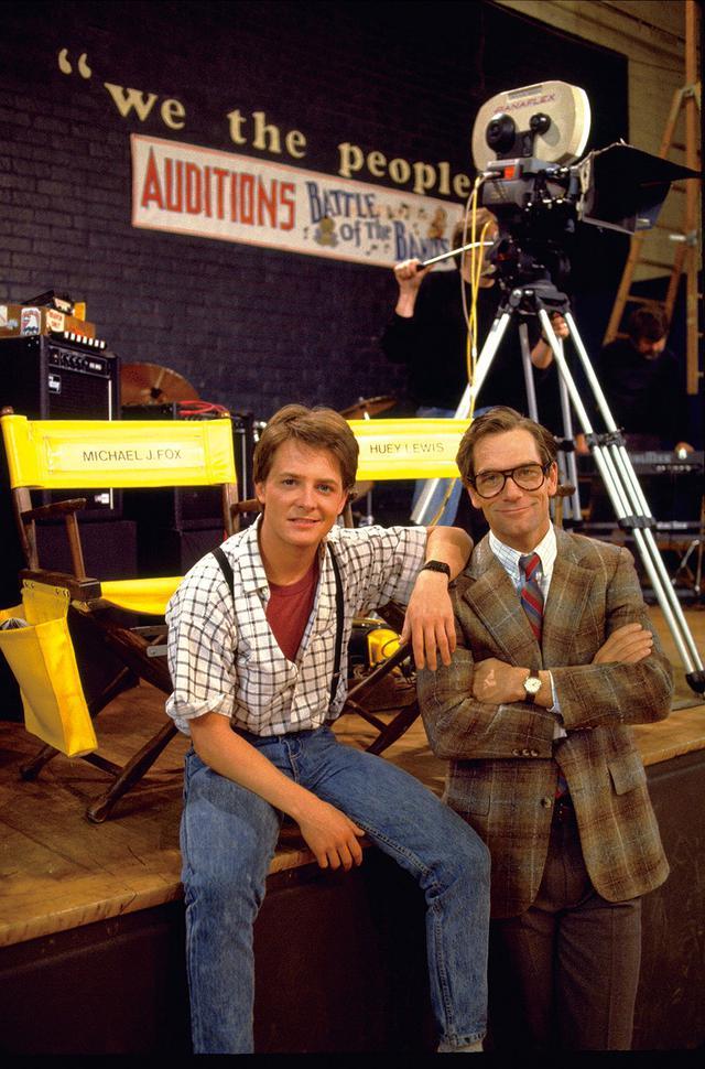 画像: 「1」撮影合間のマイケル・Jとヒューイ・ルイス