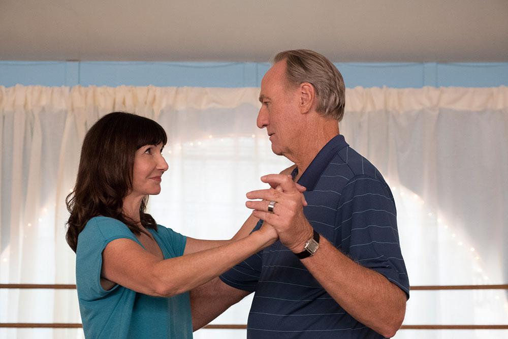 画像: 35年をともにした夫(クレイグ・T・ネルソン)に拒絶されているかのように感じているキャロル