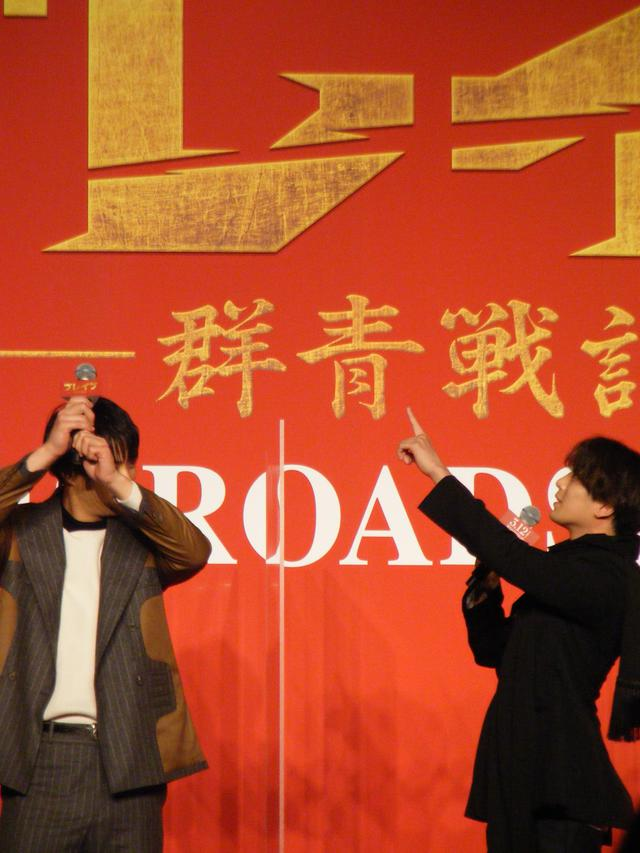 画像: (写真左)鈴木伸之が木刀を持つと3mにもなることを説明した(右)新田真剣佑と鈴木伸之