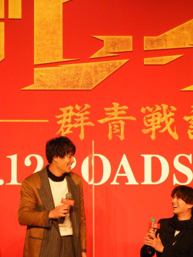 画像: 立ち上がるとアクリル板の高さと変わらないことを見せた鈴木伸之(劇団EXILE)