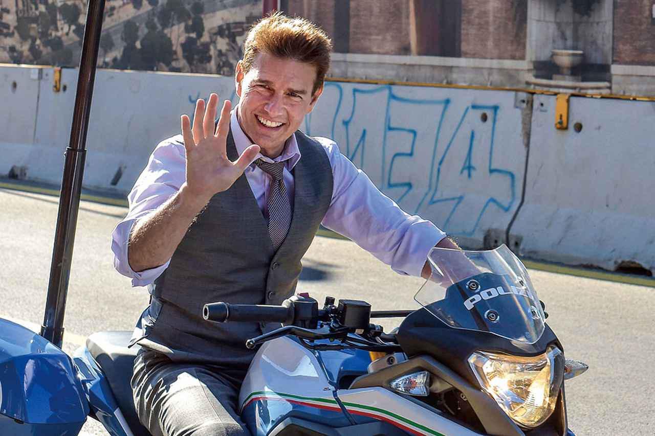 画像: 今回もトム自らバイクアクションなどにノースタントで挑んでいる
