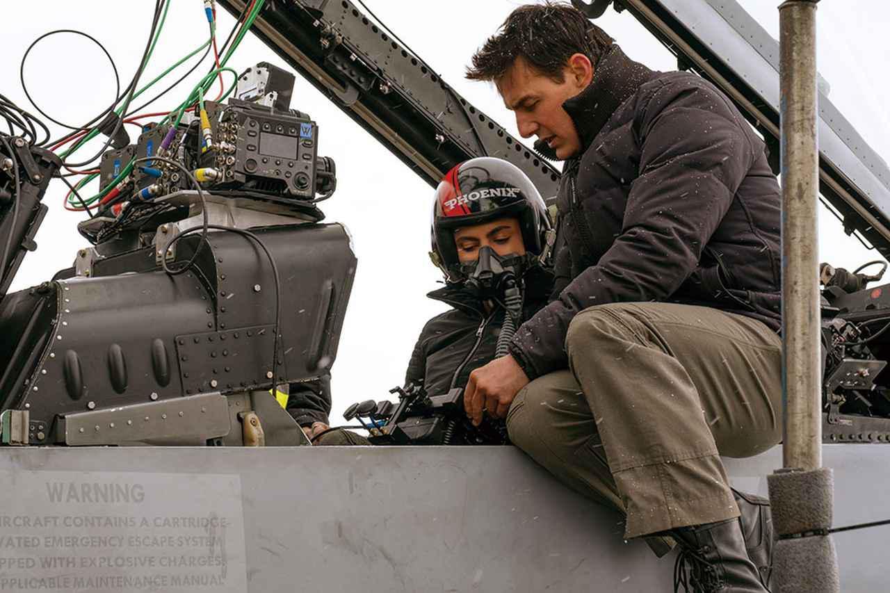 画像: トムをはじめとするキャストたちが実際に戦闘機に乗り込み撮影