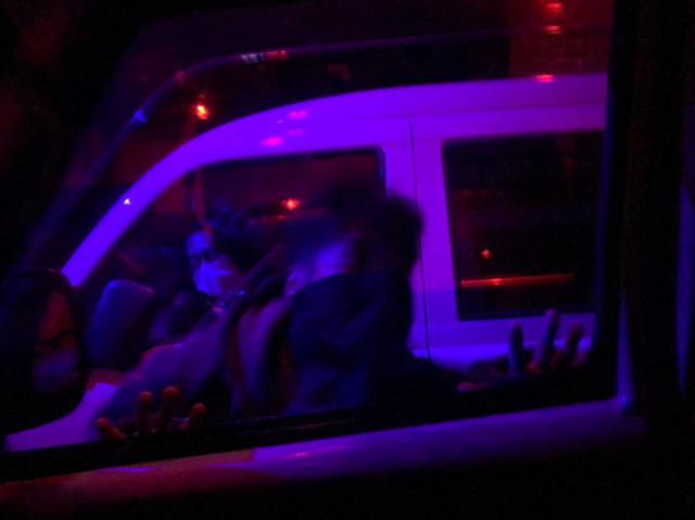 画像: 車の外には映画さながらの世界が広がり迫力満点