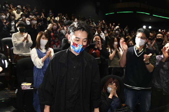 画像1: 深夜の映画館に468人の観客がスタンディングオベーション