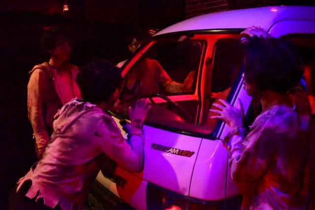 画像: 大量のゾンビに車を取り囲まれ逃げ場のない恐怖に襲われる