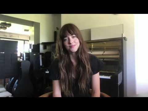 画像: ダコタ・ジョンソン ピアノの猛特訓をしたことなどを教える www.youtube.com