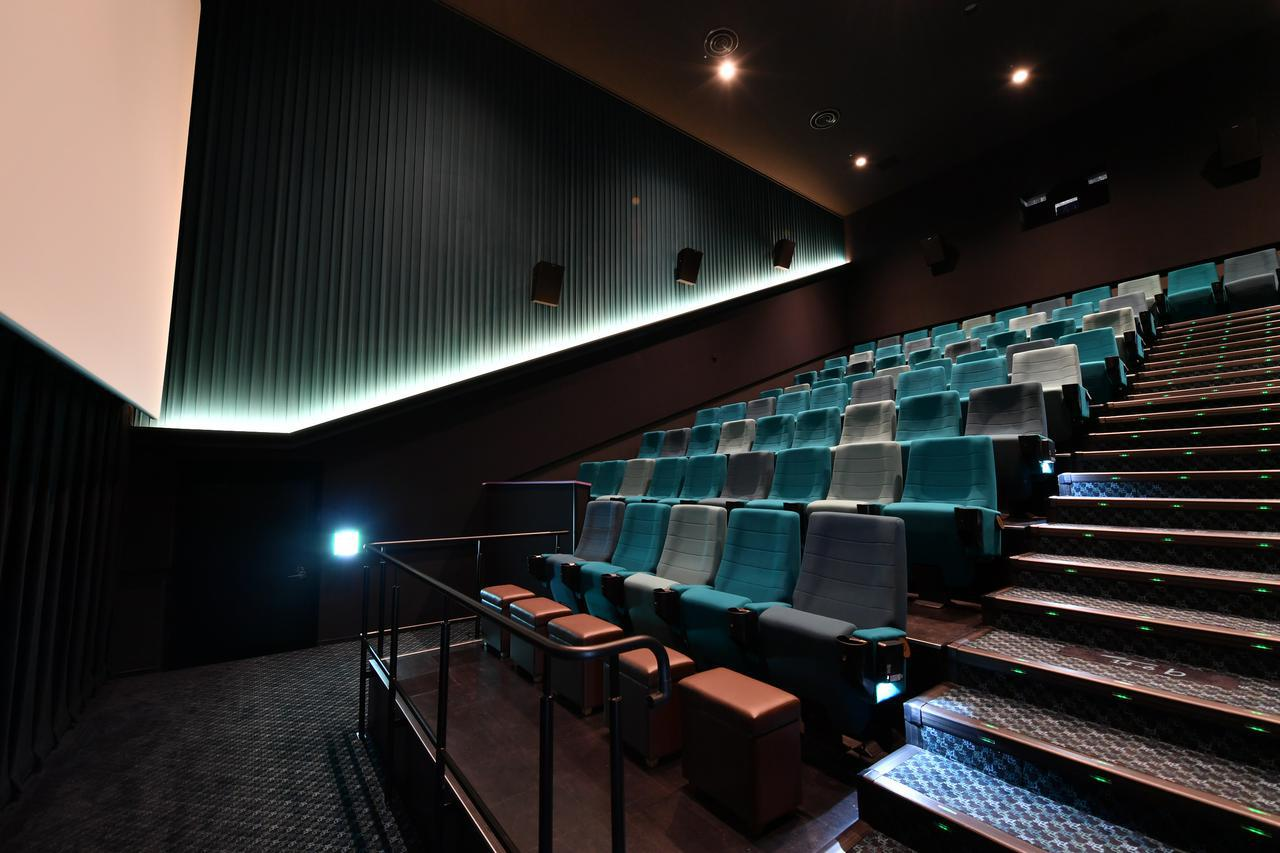 画像: 最前列にはオットマンを配置 www.cinemasunshine.co.jp