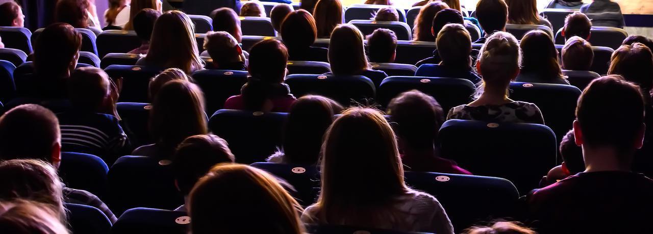 画像: フラットなことが多かったひと昔前の映画館 ※写真はイメージです。