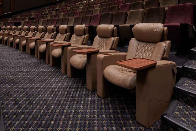 画像: 前席や隣席との空間にゆとりがあるので映画に集中できる www.cinemasunshine.co.jp