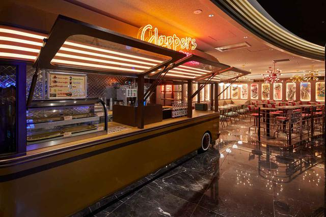 画像: アメリカンワッフルの専門店クラッパーズダイナーでは、焼きたてのワッフルが楽しめる www.cinemasunshine.co.jp