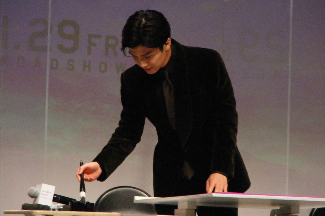 画像1: 主演の岩田剛典が代表し、どんな想いで祈祷をしたか、漢字1文字をしたためる