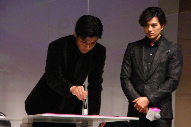 画像2: 主演の岩田剛典が代表し、どんな想いで祈祷をしたか、漢字1文字をしたためる