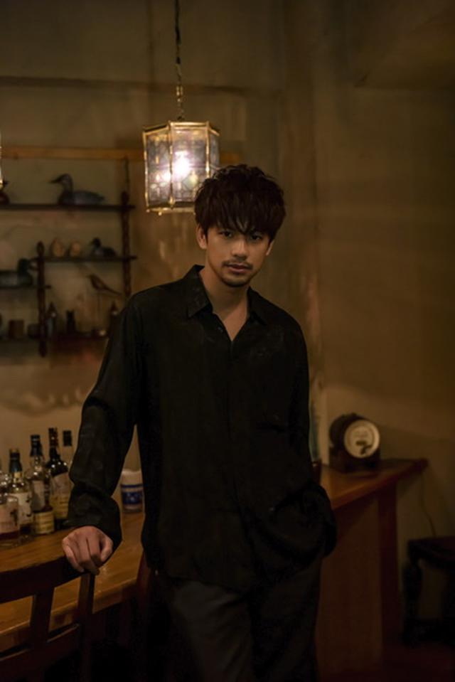 画像: 森崎ウィン...1990 年 8 月 20 日生まれ。ミャンマー・ヤンゴン出身 ©「西荻窪 三ツ星洋酒堂」製作委員会・MBS