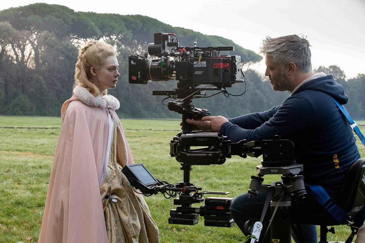画像1: 映画『女王陛下のお気に入り』でアカデミー賞脚本賞にノミネートされ、一躍名を挙げたマクナマラ。意外ではあるが、本人はとりわけ歴史に興味があるというわけではなかったという――。