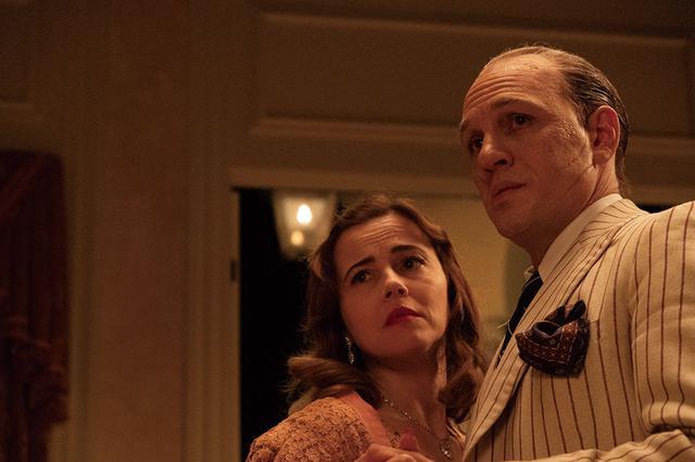 画像: 妻メイをリンダ・カーデリーニが演じる