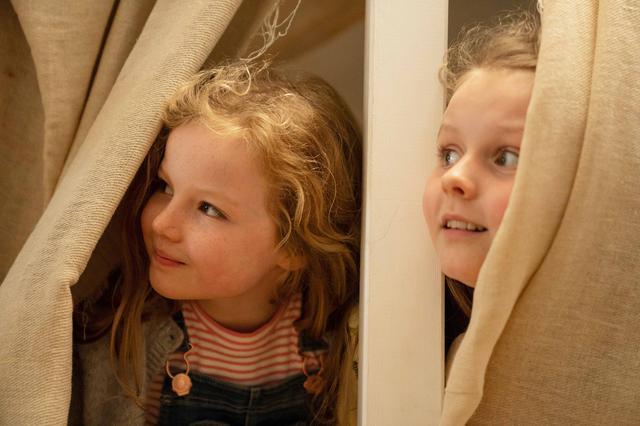 画像: 『サンドラの小さな家』でサンドラの娘を演じたルビー・ローズ・オハラ(右)とモリー・マッカン