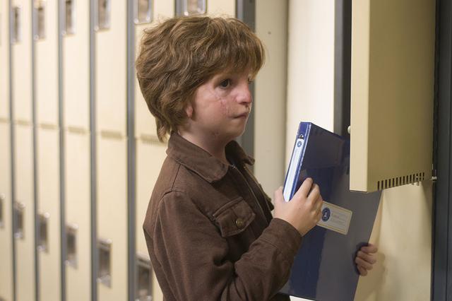 画像: 人と違った顔を持つ10歳の少年オギーが初めての学校へ