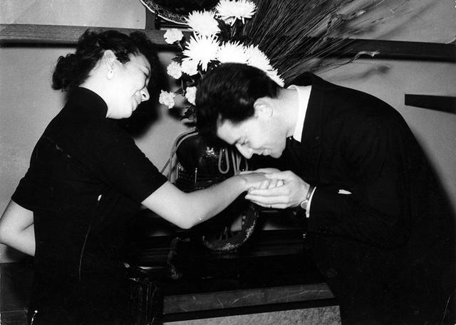 画像: 1953年に行なわれた第一回フランス映画祭で来日したジェラール・フィリップが日本の大女優、京マチ子に挨拶を