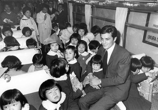 画像: 1965年に3度目の来日をした、仏人気アクター、アラン・ドロンと日本の小さな子供たちが可愛らしい交流を