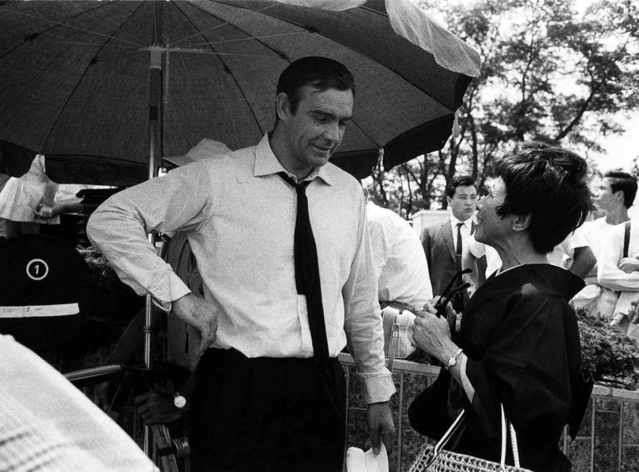 画像: ショーン・コネリーが『007は二度死ぬ』の日本ロケで1966年来日 評論家の小森和子さんからインタビューを受ける