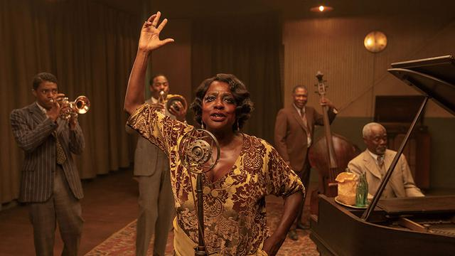 画像: 『マ・レイニーのブラックボトム』のC・ボーズマン(左)とV・デイヴィス(中央) Netflix映画『マ・レイニーのブラック・ボトム』独占配信中