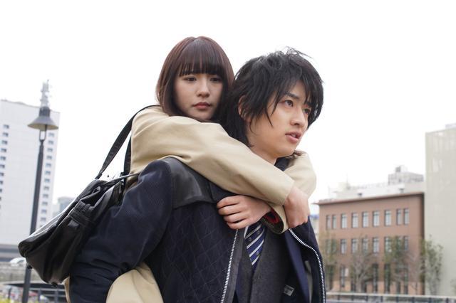 画像1: 浅川梨奈×飯島寛騎「悪魔とラブソング」おんぶシーンほか場面写真到着!