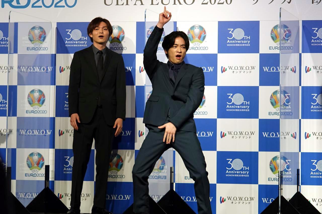 画像: キングカズのカズダンスをまねる知念侑李(Hey! Sɑy! JUMP)。写真:左から薮宏太、知念侑李
