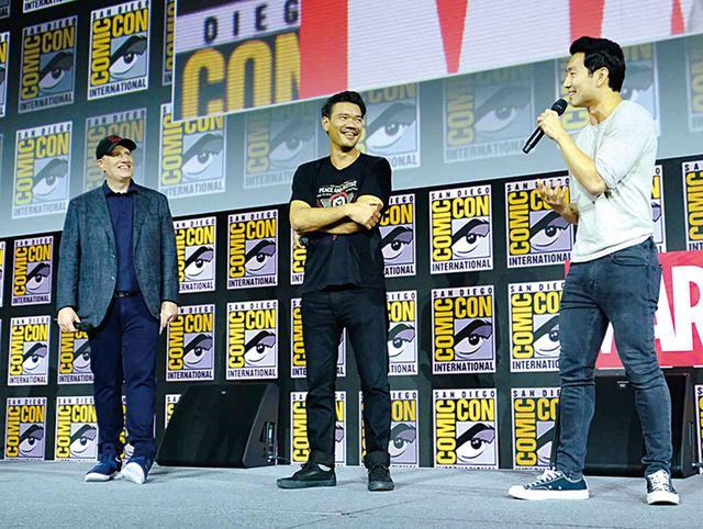 画像: 写真左からケヴィン・ファイギ、クレットン監督、主演のシム・リウ