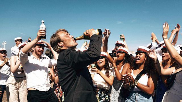 画像: マッツ・ミケルセンが酔っ払いの高校教師に!