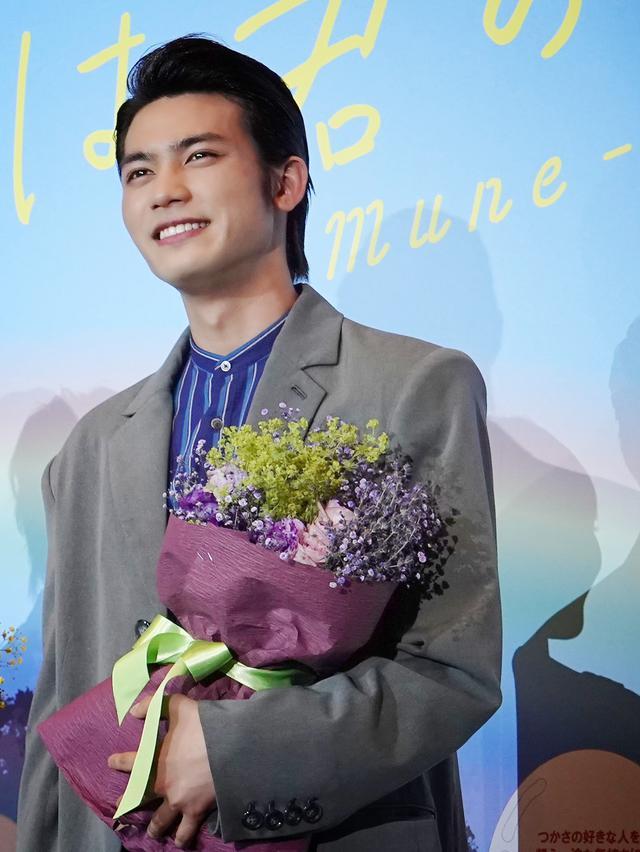 画像3: 髙橋洋人監督からキャストに、それぞれをイメージした花束のサプライズ