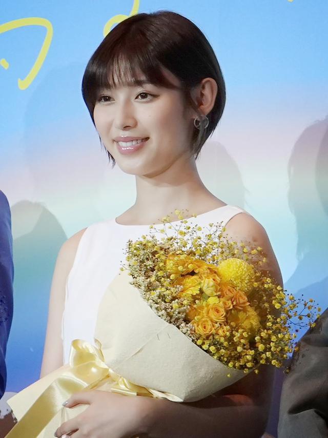 画像2: 髙橋洋人監督からキャストに、それぞれをイメージした花束のサプライズ
