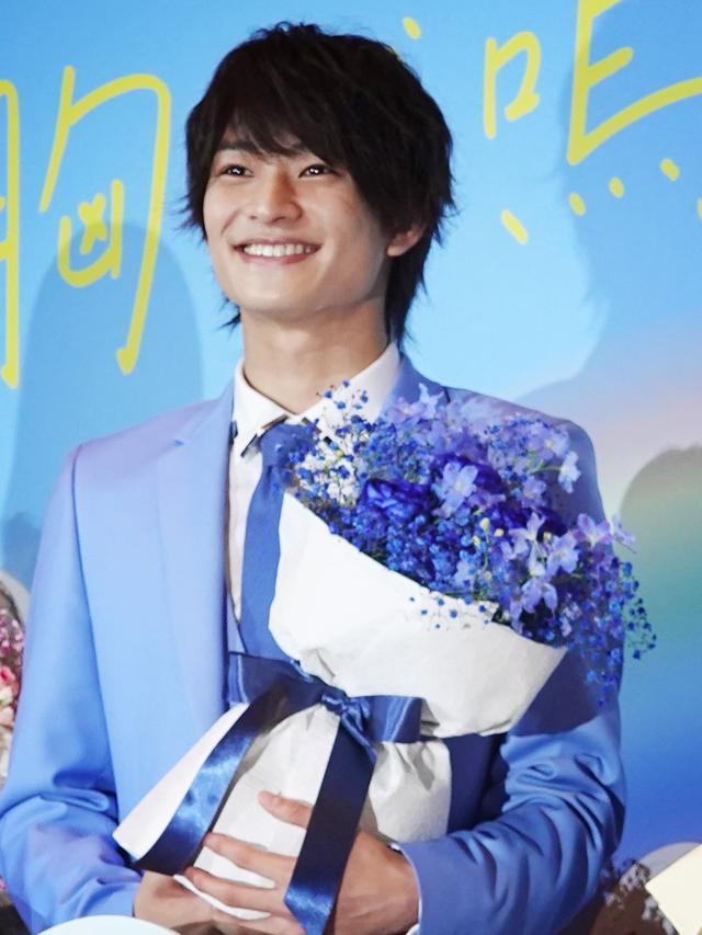 画像1: 髙橋洋人監督からキャストに、それぞれをイメージした花束のサプライズ