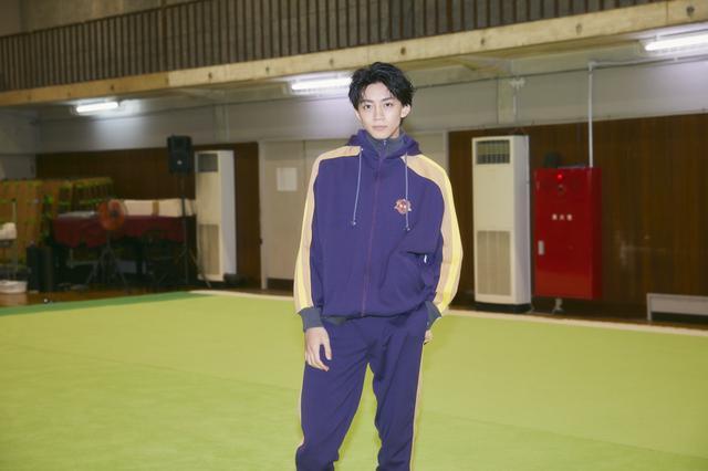画像1: 《長妻怜央》舞台『タンブリング』インタビュー:「出演が決まったその日から柔軟体操を始めました」