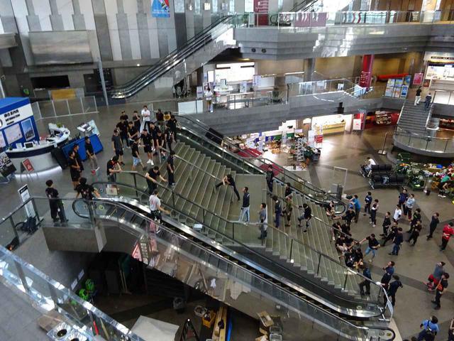 画像2: 妻夫木聡らと400人のエキストラが空港ロビーで大暴れ