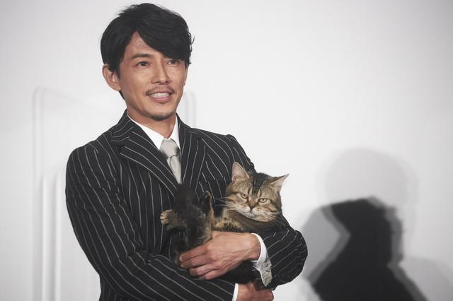 画像: サプライズで宗一郎の相棒猫であるピートが藤木に抱えられて登場