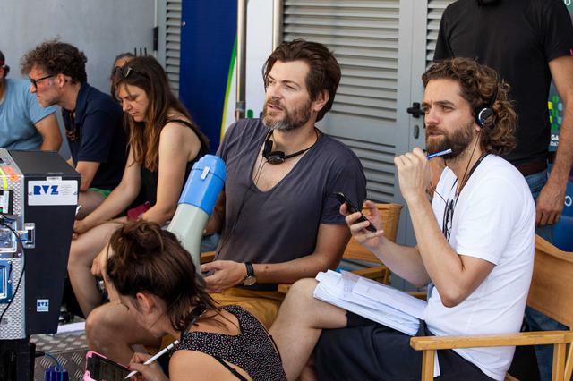 画像: 撮影中のゴヴァール監督(左)とギャロ監督(右)