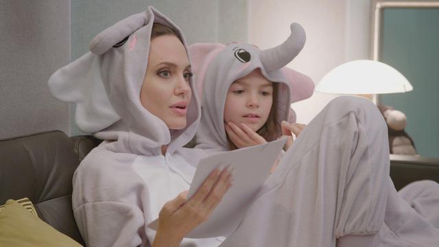画像: 小ゾウ役のブルックリン・プリンスと一緒にゾウの着ぐるみを着て台本の読み合わせをするアンジェリーナ・ジョリー © 2021 Disney