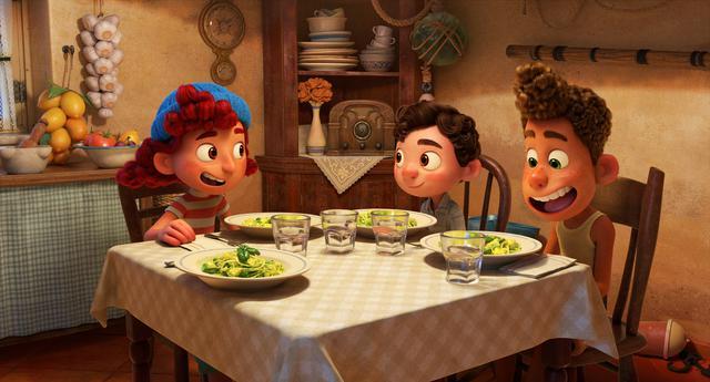 画像: 左)ジュリア: 12 歳の少女。夏休みをポルト・ロッソで過ごしている。勝気でルカとアルベルトに人間の世界を教える