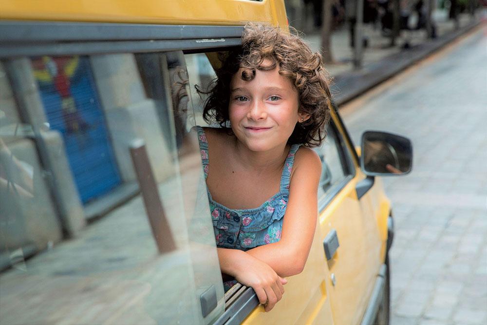 画像1: 親を亡くした都会っ子の少女が田舎の叔父の家族の一員になるまでをとらえる
