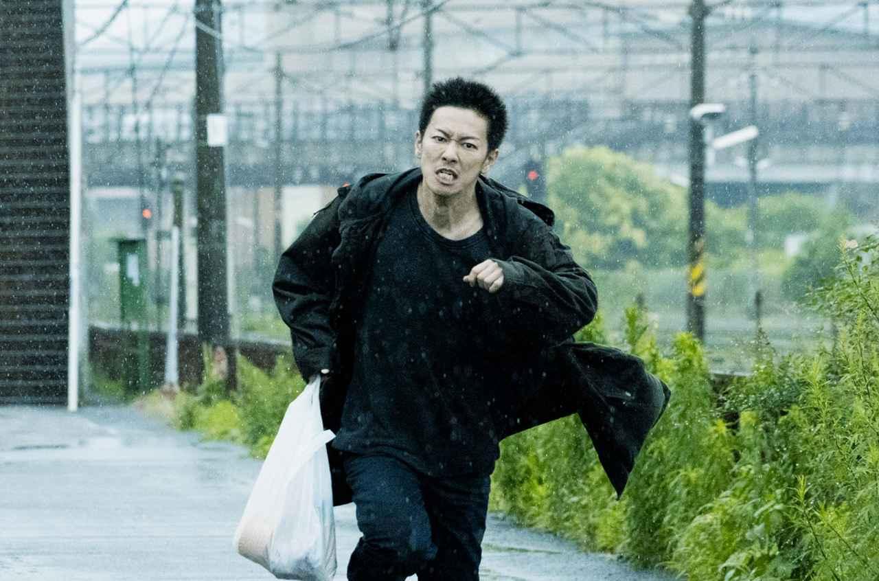 画像: 『護られなかった者たちへ』容疑者として追われる短髪姿の主人公演じる佐藤健の場面到着!