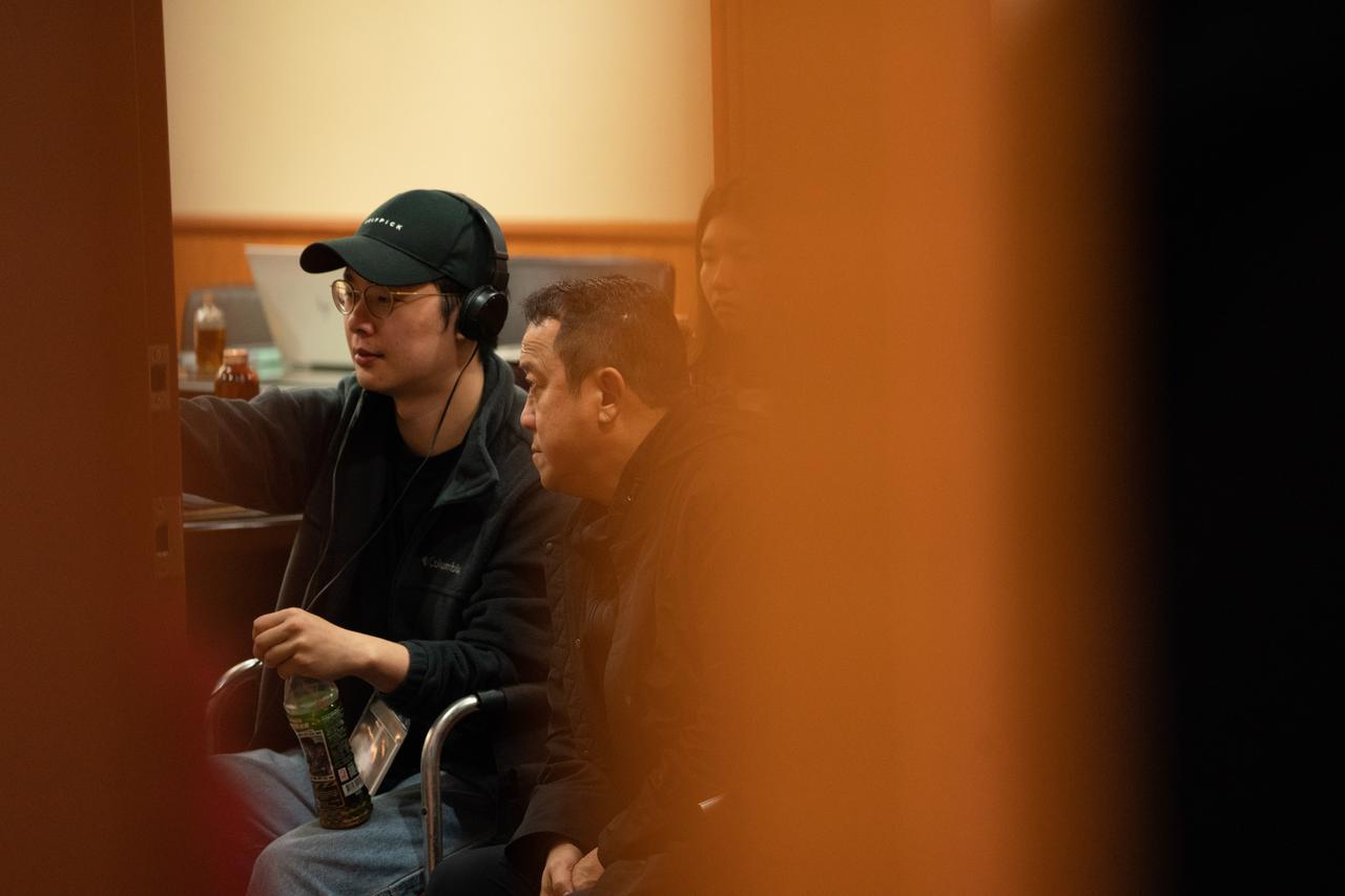 画像: 撮影中のジャック・シュー監督(左)