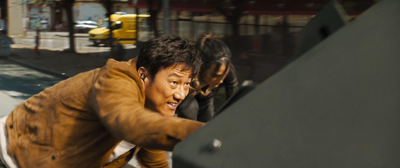 画像1: 『ワイルド・スピード/ジェットブレイク』7年ぶりのカムバック!クールなハンがプロのファイターと大乱闘の本編映像解禁!! - SCREEN ONLINE(スクリーンオンライン)